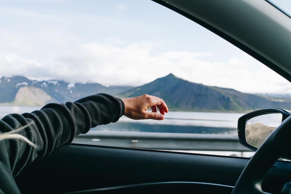 autista godendo la guida su strade islandesi