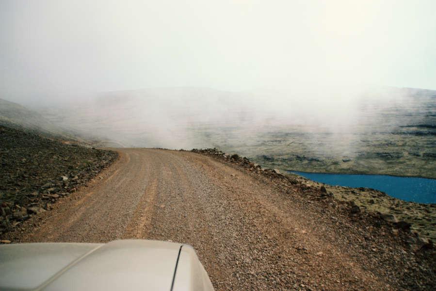 Tormenta de arena en un camino de piedras en Islandia