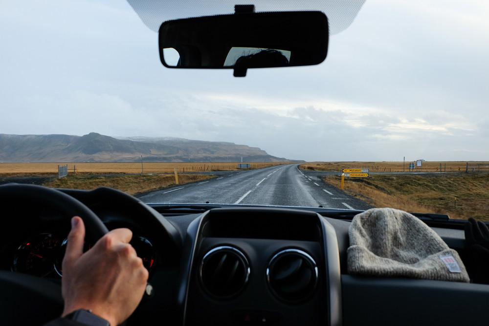 Uomo che guida con l'auto migliore sulla Ring Road islandese