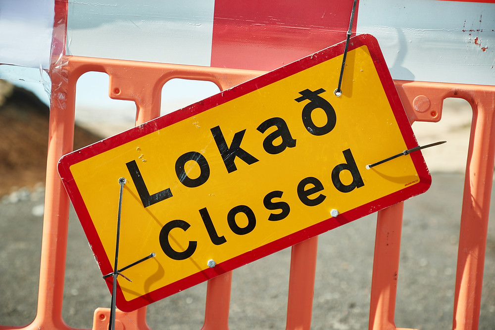 road closures sign in Icelandic and English