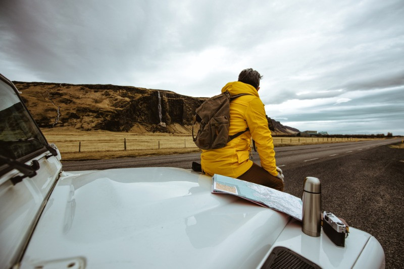 Chico disfrutando de excursiones de una día desde Reikiavik en su coche