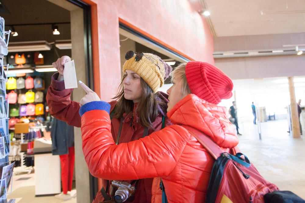 turisti facendo shopping in Islanda in un negozio