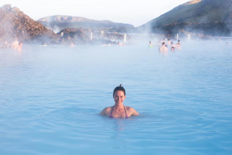 Chica dándose un baño en una piscina geotermal en Islandia