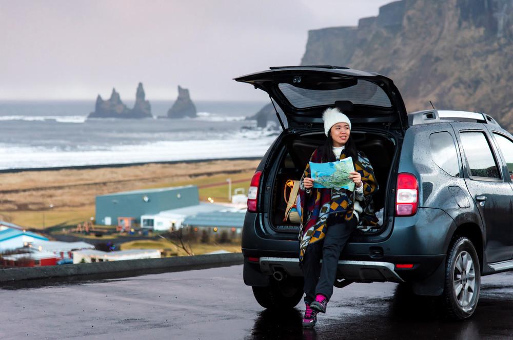 Donna con la sua auto a noleggio a Vik, nel sud dell'Islanda