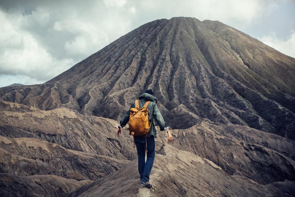Cose Fighe da Fare in Islanda: arrampicarsi su un vulcano come il ragazzo nella foto