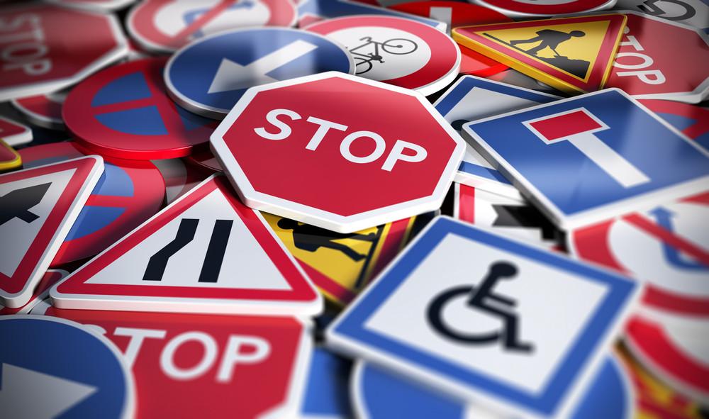 señales de tráfico que simbolizan las normas de tráfico en Islandia