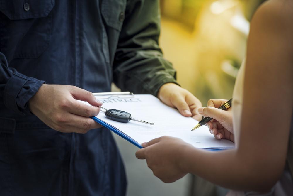 Entrega del contrato de un alquiler de coches barato en Islandia