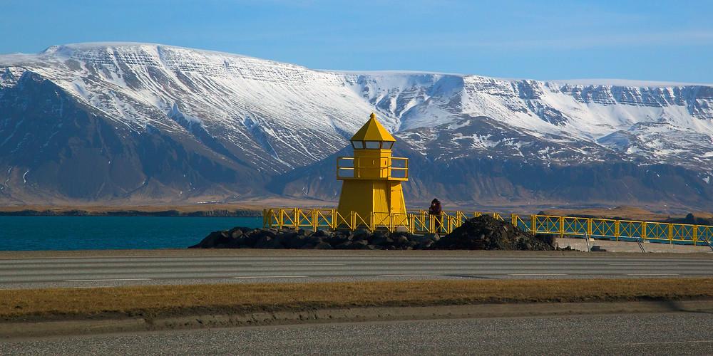 Vista panorámica al faro del viejo puerto de Reykjavik