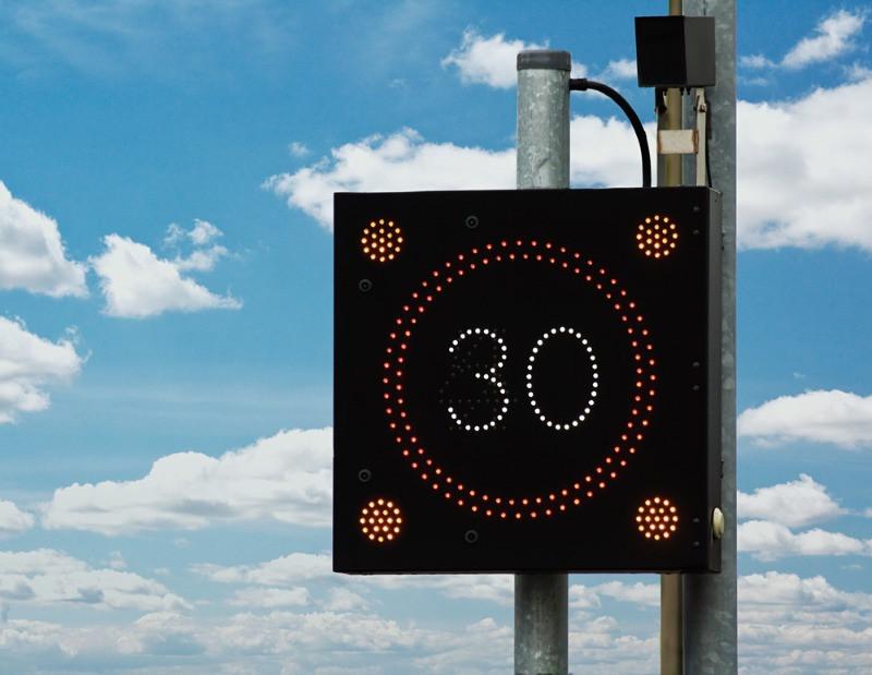 Límite de velocidad en cartel de tráfico - multas velocidad en Islandia
