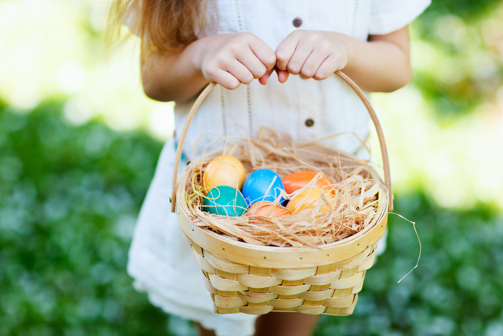 Pequeña sosteniendo huevos de pascua en la semana santa en Islandia