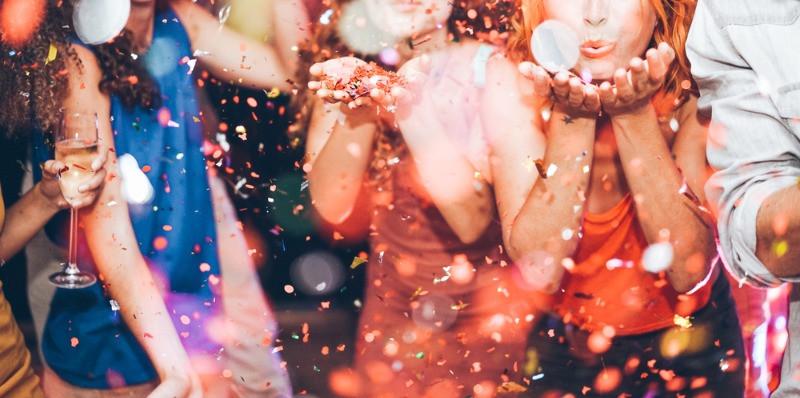 Grupo de jóvenes de fiesta disfrutando de la vida nocturna de Reikiavik