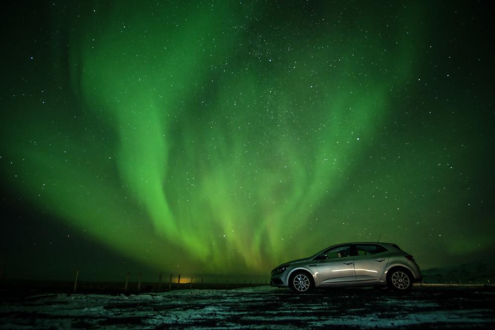 Aurora boreale verde nel cielo dell'Islanda