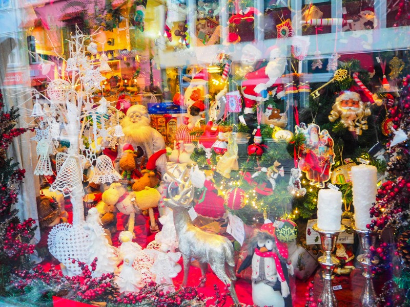Beautiful store window with tons of christmas' ornaments