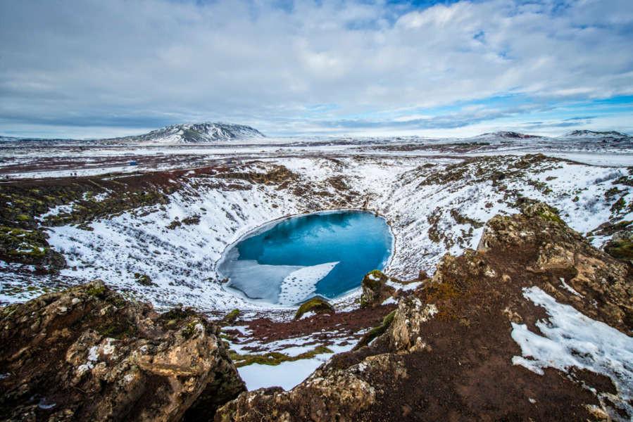 Cráter de Kerid en invierno cubierto de nieve