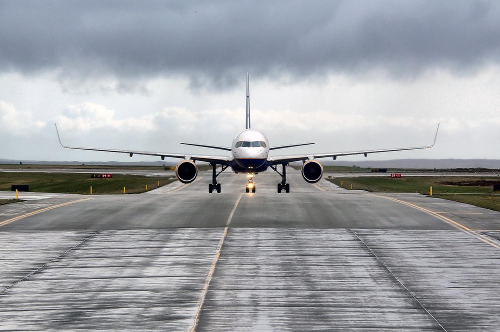 Avión aterrizando en la pista del aeropuerto de Keflavik Islandia