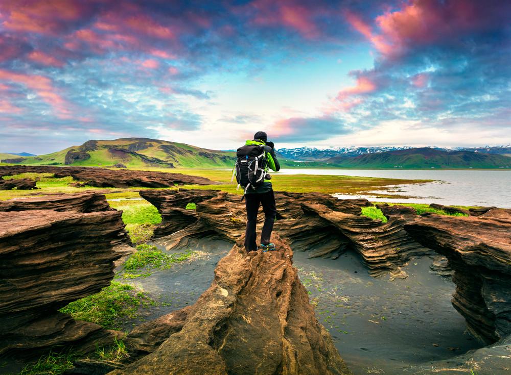 uomo avvistando la costa meridionale dell'Islanda dall'alto