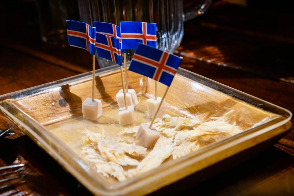 tiburón fermentado, un plato muy tradicional y conocido de la gastronomía islandesa