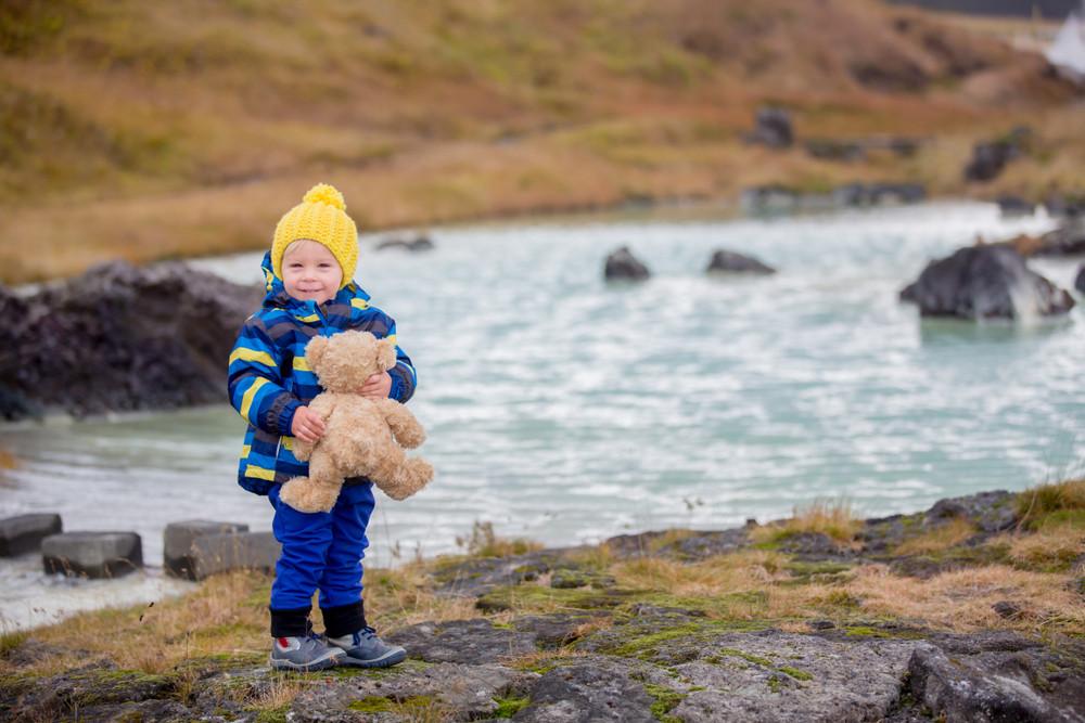 Pequeño con su oso de peluche en Landmannalaugar - Islandia con niños