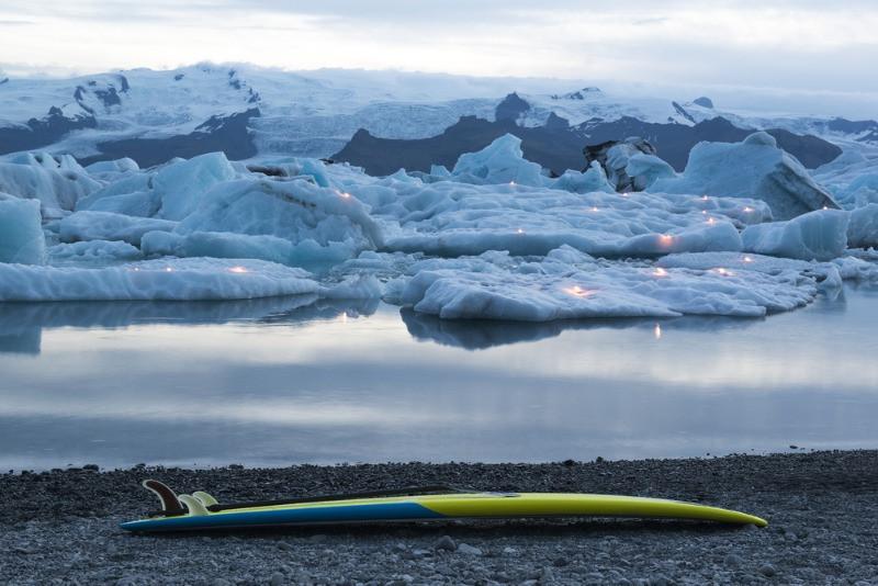 Tabla de surf en Islandia junto a las gélidas aguas del glaciar