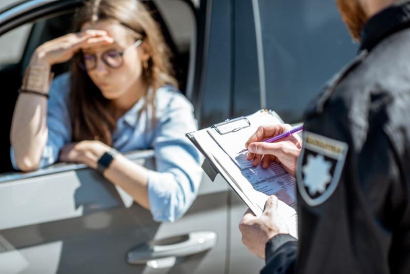 chica siendo multada por un agente de la autoridad