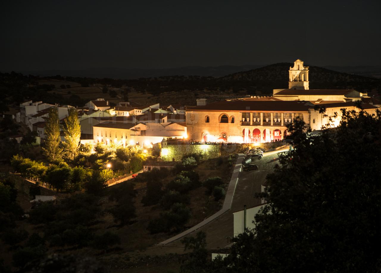 Vista nocturna patio exterior