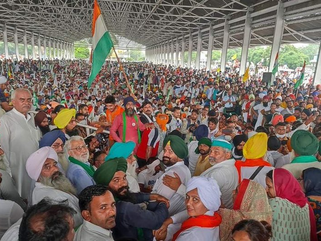 Karnal: Thousands of farmers holding  sit-in protest spell trouble for Khattar government and BJP