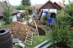 Grabenaushub für Anschlussleitungen zur Wärmepumpe
