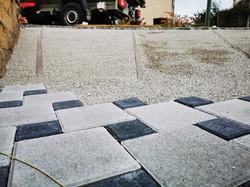 Splittplanie erstellen und Steine verlegen.
