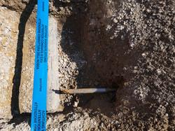 Der Bohrkopf erscheint im Zielgraben leicht oberhalb der Wasserleitung