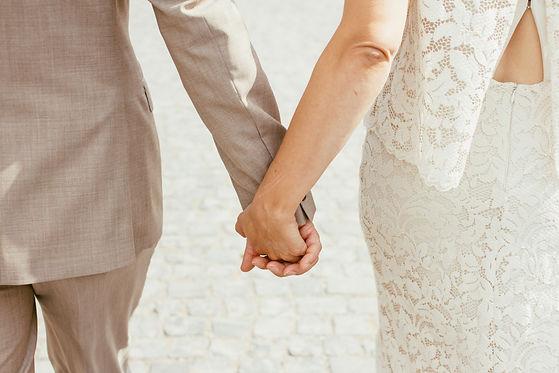 Hochzeitspaar Hand in Hand