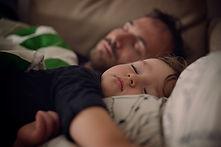 Vater und Sohn machen ein Nickerchen