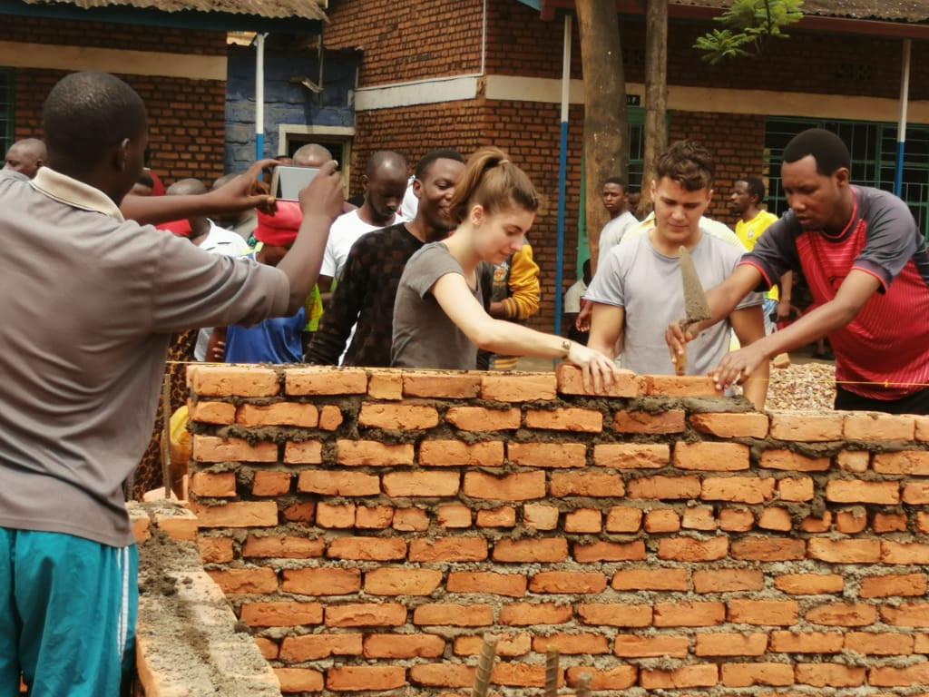 Umuganda: Schulbau, links: Kazenga (Inhaber der Bar Kazungu)
