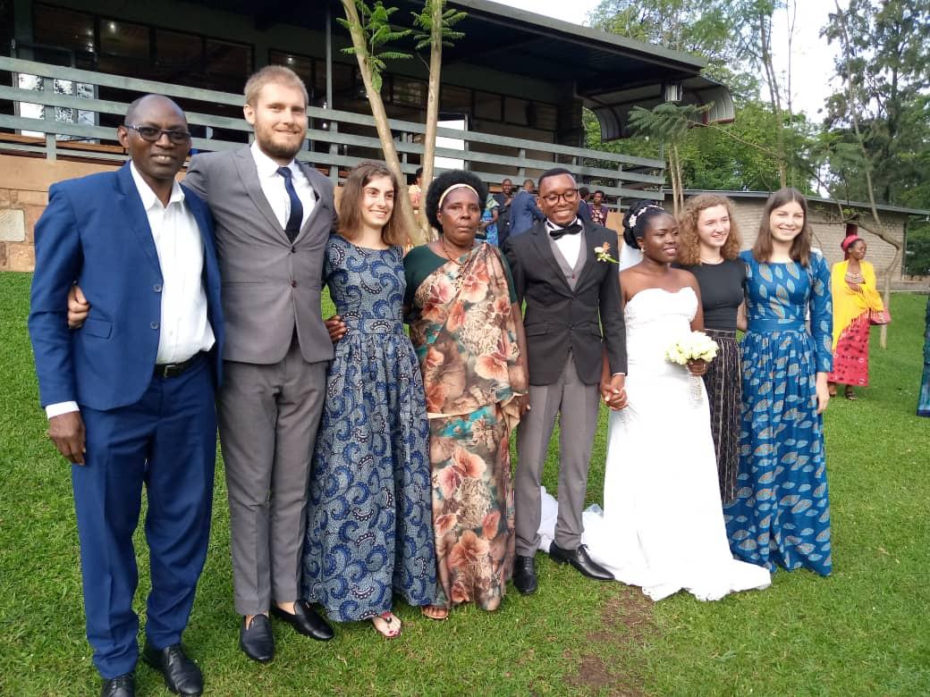 Jumelage Mitarbeiter und das Brautpaar; links: Simeon