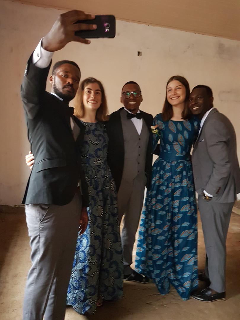 Ein Selfie mit dem Bräutigam (Mitte) darf natürlich nicht fehlen!