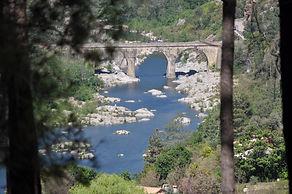 le pont de Gravière vu du chemin du domaine Arbres & Cabanes