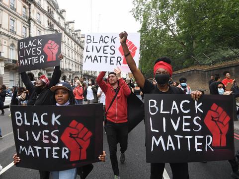 Black Lives Matter: hora de desfinanciar a polícia!