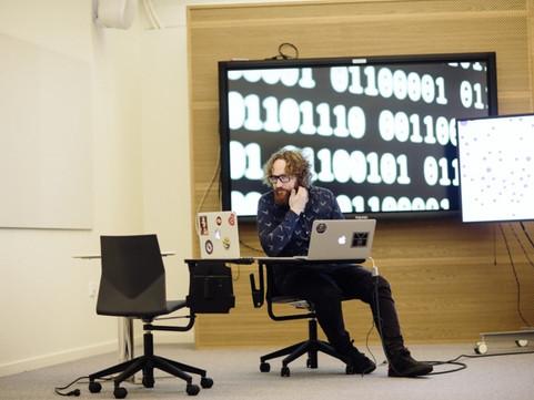 Hackeando ciências sociais em contexto de dataficação: entrevista com Simon Lindgren