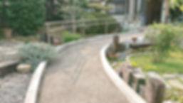庭の道 先に鍼灸整骨院の入口