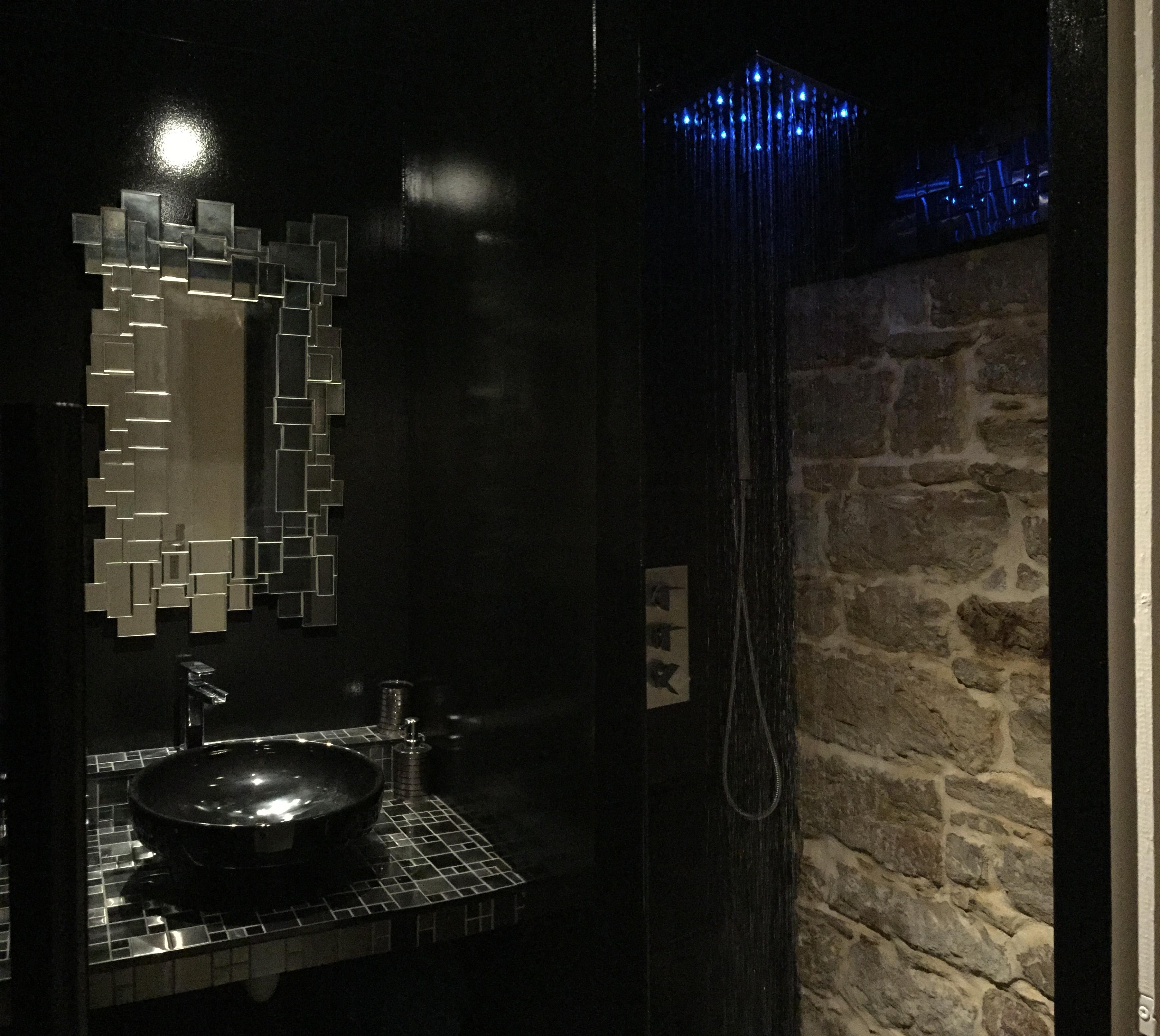 La salle d'eau noire et pierres...