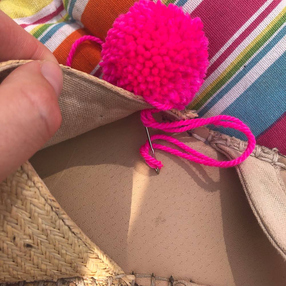 What to add pom poms to your summer sandals, here's how...