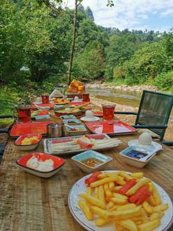 Derenin kenarında kahvaltı