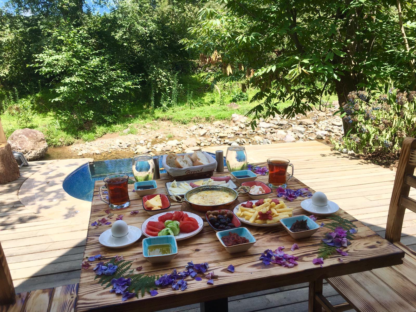 Havuzlu bungalovda kahvaltı