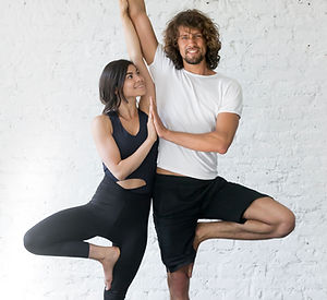 Couple Faire Yoga Pose