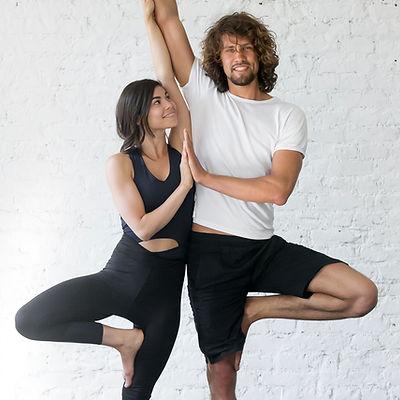 Paar tun Yoga-Haltung