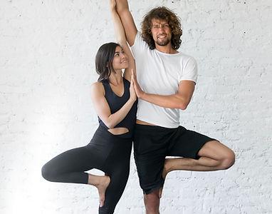 Coppie che fanno posa di yoga
