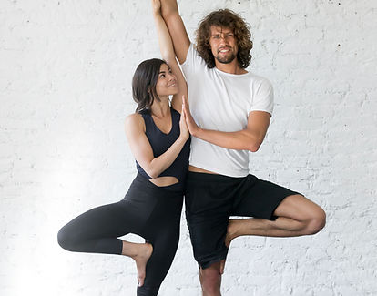 Couple Faire Yoga Pose