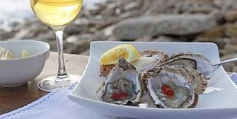 Vorspeise Austern mit Basilikum Essig Perlen serviert mit kühlem Weißwein