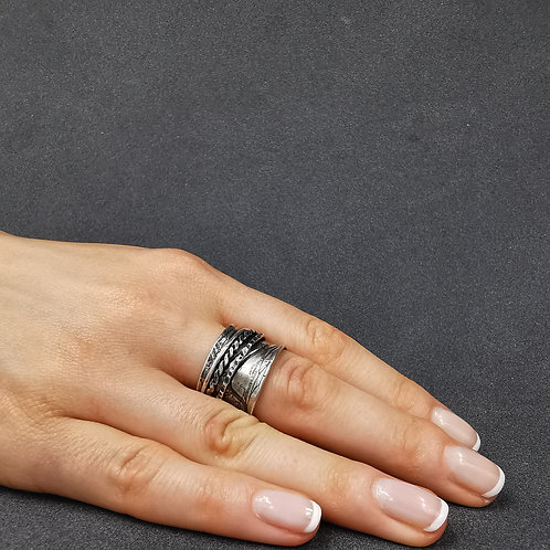Movable bands on a wide concave ring.