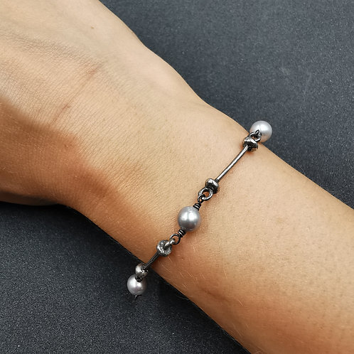 Molten bar and pearl bracelet.