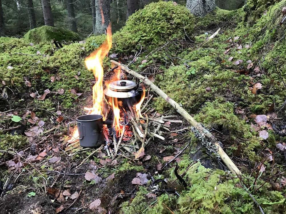 Koka kaffe över eld, avslappnade och uppiggande på en och samma gång